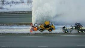 Schone de nivelleermachine verwijdert sneeuw, sneeuwploeg, sneeuwblazer, ontploffingssneeuwval, de winter, weg, speciaal voertuig stock video