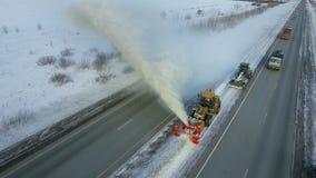 Schone de nivelleermachine verwijdert sneeuw, sneeuwploeg, sneeuwblazer, ontploffingssneeuwval, de winter, weg, speciaal voertuig stock videobeelden