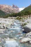 Schone die rivier door smeltend sneeuw en ijs, Argentinië wordt gevormd stock fotografie