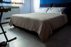 Schone eenvoudige slaapkamer Royalty-vrije Stock Afbeeldingen