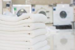 Schone en heldere linens van wasserijwinkel royalty-vrije stock afbeelding