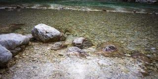 Schone groene rivier met reusachtige rotsen royalty-vrije stock foto's