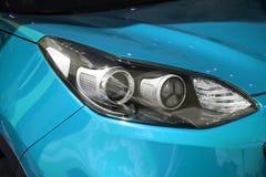 Schone koplamp van een nieuwe moderne agressieve blauwe auto royalty-vrije stock foto's