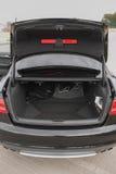 Schone lege boomstam van zwarte sedan op de straat royalty-vrije stock afbeelding