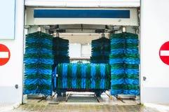 Schone machine, autowasserette met spons en slang Stock Afbeelding