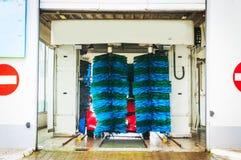 Schone machine, autowasserette met spons en slang Stock Afbeeldingen