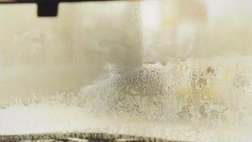 Schone machine, autowasserette met spons en slang Contact minder autowasserette met actief schuim stock footage