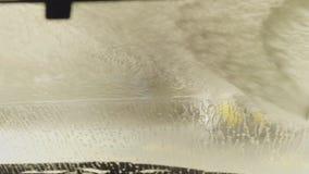 Schone machine, autowasserette met spons en slang Contact minder autowasserette met actief schuim stock videobeelden