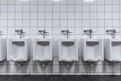 Schone mannelijke toiletrij van urinoirs in een openbaar toilet royalty-vrije stock fotografie