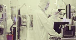 Schone ruimte productie van siliciumwafeltjes voor de halfgeleidersindustrie stock footage