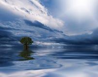 Schone waterachtergrond met kalme golven Blauwe hemelbezinning Banner, panorama Overzees of oceaanwater met blauwe hemel en wolke royalty-vrije stock foto's