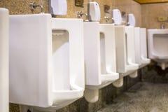 Schone witte urinoirs in mensen` s badkamers Royalty-vrije Stock Fotografie