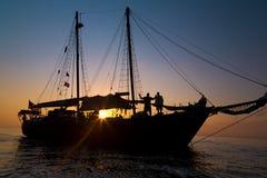 Schoner-Piraten-Schiff im Sonnenuntergang stockbilder