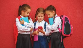 Schoo élémentaire d'enfants d'amies d'étudiante heureuse d'écolières Photographie stock libre de droits