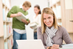 School-Bibliothek - glücklicher Kursteilnehmer mit Laptop Lizenzfreies Stockbild