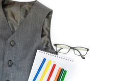 School die met vest, potloden, viltpennen, en glazen op een witte achtergrond wordt geplaatst school Terug naar School onderwijsc royalty-vrije stock afbeeldingen
