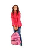 School flickabarnet som försöker att lyfta tung ryggsäck Fotografering för Bildbyråer