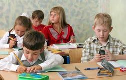 School ?hildren bij klaslokaal royalty-vrije stock afbeelding