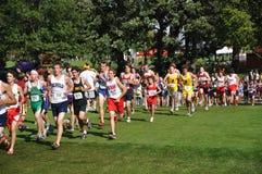 School-Jungen, die in Querland-Rennen laufen Lizenzfreie Stockfotografie
