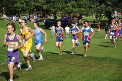School-Jungen, die in Querland-Rennen laufen Lizenzfreies Stockfoto