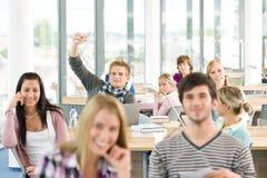 School-Kursteilnehmer, der Hände anhebt Lizenzfreie Stockfotos