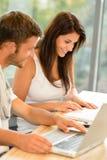 School-Kursteilnehmer, die an Laptopen in der Studie arbeiten Stockbild