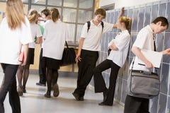 School-Kursteilnehmer durch Schließfächer Lizenzfreie Stockfotos