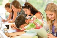 School-Kursteilnehmerfallen schlafend im Kategorien-Teenager Stockfotos