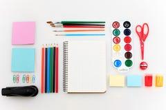 School met notitieboekjes, potloden, borstel, schaar en appel op witte achtergrond wordt geplaatst die royalty-vrije stock foto