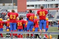 school modiga höga spelare för fotboll sidlinjer Royaltyfria Foton