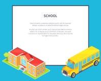 School Oranje Two-Storey School en Gele Bus Stock Foto
