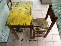 School& x27; s-Schreibtisch und -stuhl stockbild