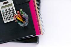School suplies Terug naar School Kantoorbehoeften die op wit wordt geïsoleerdl Stock Fotografie