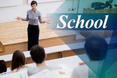 School tegen leraar status die aan de studenten spreken stock foto's