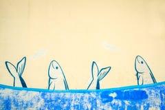 School van sardines op de muur wordt geschilderd die stock foto's