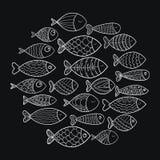 School van vissen Een groep gestileerde vissen die in een cirkel zwemmen Zwart-witte vissen voor kinderen met ornamenten marine Stock Foto's