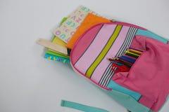 Schoolbag com várias fontes no fundo branco foto de stock