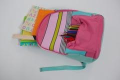 Schoolbag com várias fontes no fundo branco fotografia de stock