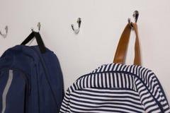 Schoolbags вися на крюке Стоковое Изображение RF