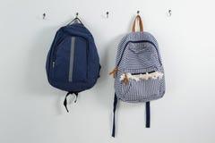 Schoolbags вися на крюке Стоковые Изображения RF