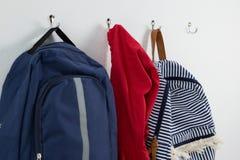 Schoolbags и смертная казнь через повешение hoodie на крюке Стоковая Фотография RF