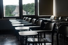 Schoolbanken in een klaslokaal royalty-vrije stock afbeelding