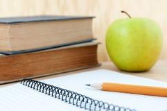 Schoolbehoeften met appel Stock Foto