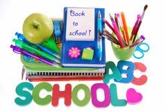 Schoolbehoeften met tekst die op wit wordt geïsoleerd Stock Fotografie