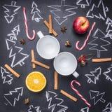 Schoolbord met geschilderde Kerstmisdecoratie, Kerstbomen, suikergoed, koppen en ingrediënten voor overwogen wijn, hoogste mening Royalty-vrije Stock Afbeelding