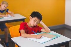 Schoolboy doing her homework Royalty Free Stock Photos