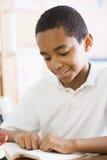 schoolboy för bokgruppavläsning royaltyfri foto