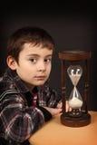 Schoolboy med timglas Royaltyfri Bild