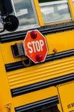 Schoolbus/Bussen in de stad royalty-vrije stock foto's