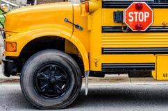 Schoolbus/Bussen in de stad stock foto's